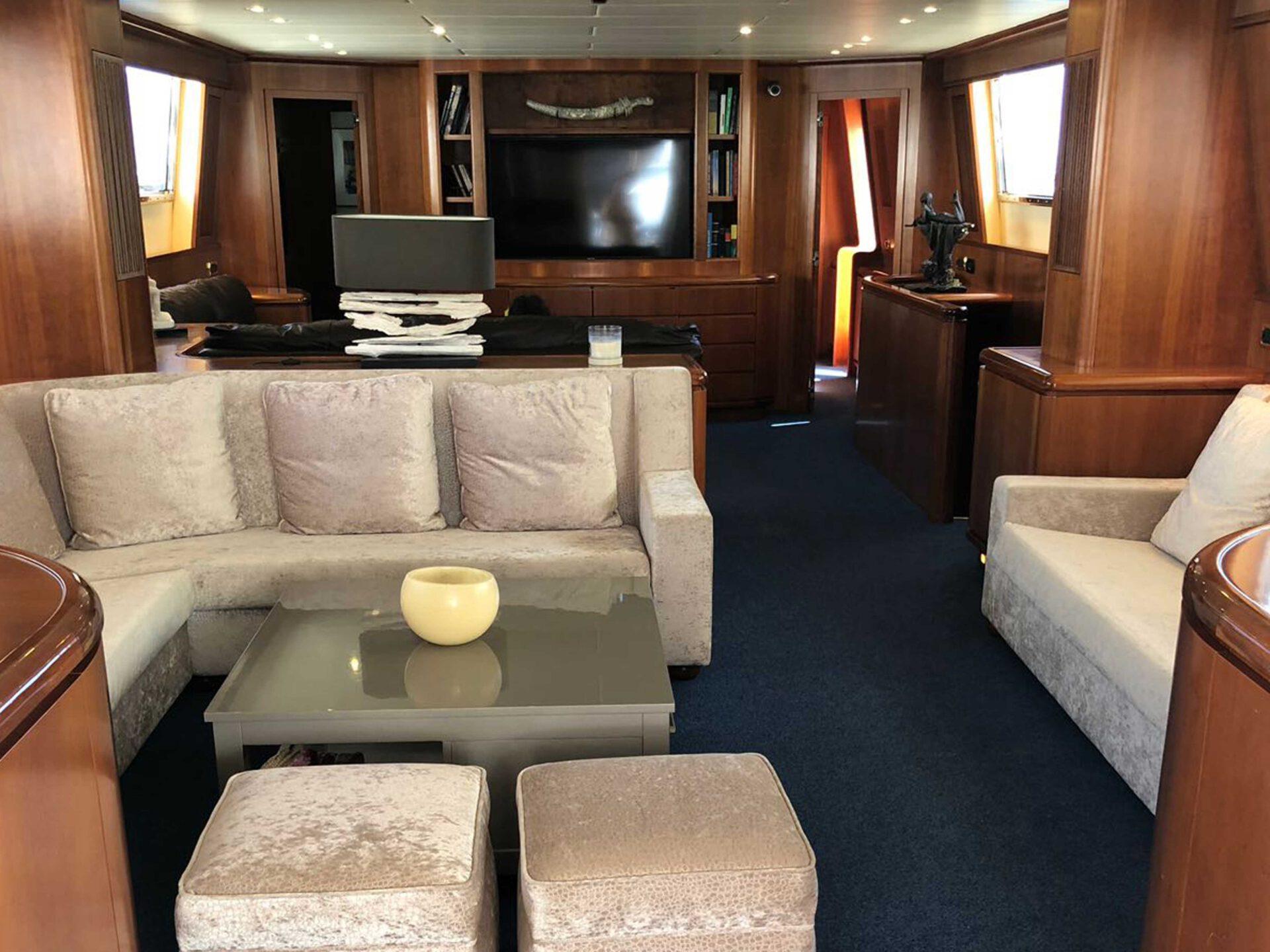 boat lovitcharter FALCON 100 interior