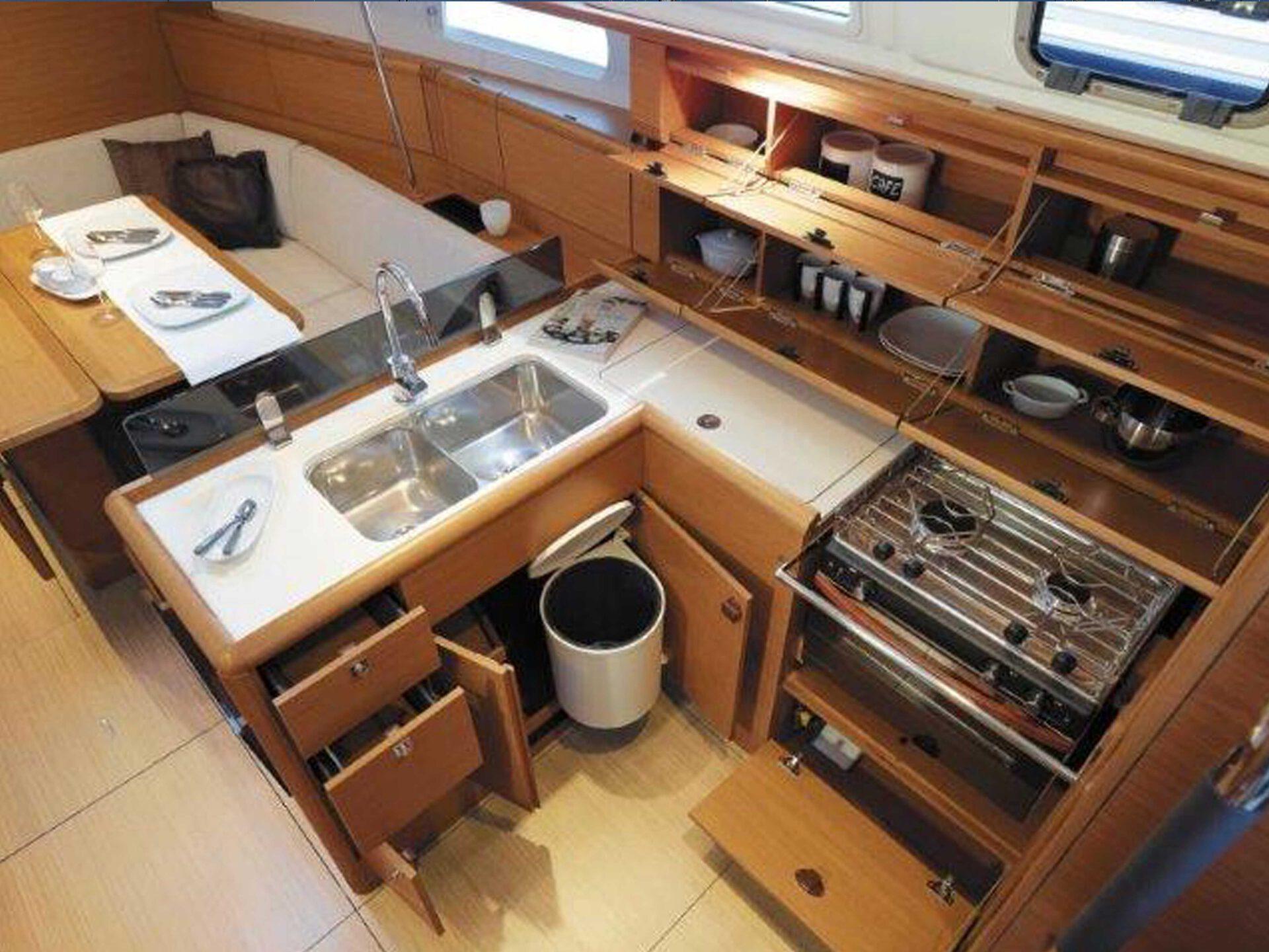 Boat lovitcharter JEANNEA SUN ODYSSEY 389 interior 3